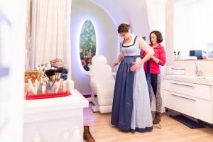 Braut-Dirndl-anziehen
